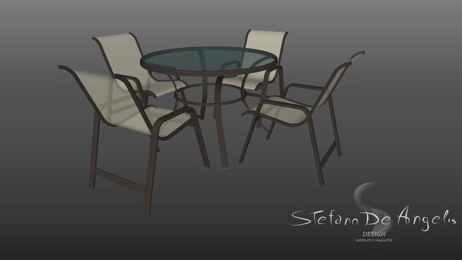 Mesa redonda com cadeiras metálicas teladas