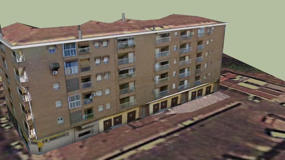 Edificio frente a la estación de autobuses de Linares