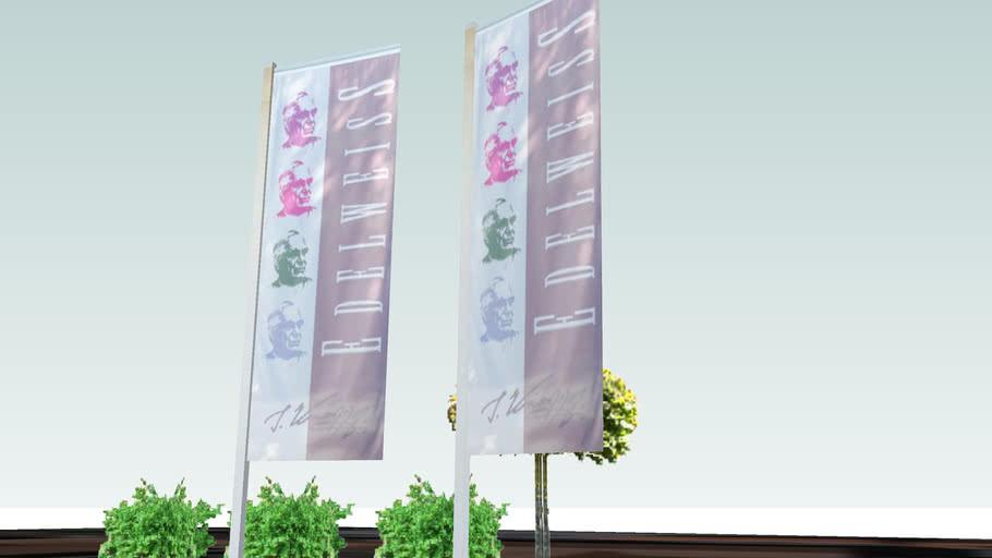 Blumen und Flaggen die zum Hotel Edelweiss gehören